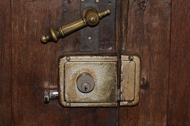 poner cerradura en puerta